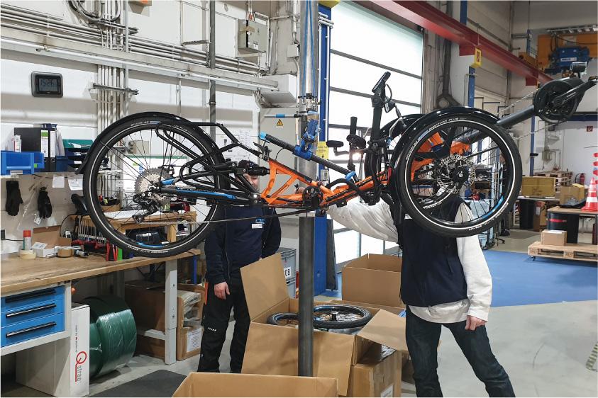 Mitarbeiter von HP VELOTECHNIK bei der Händlerschulung während einem der Werkstattkurse - Foto: David Kurt